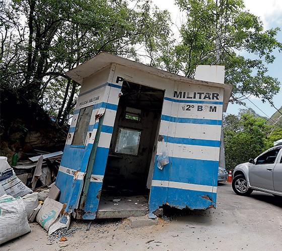 À MÍNGUA Uma estrutura abandonada da UPP Dona Marta, em Botafogo, Rio de Janeiro. A crise financeira do estado levou à perda de efetivo policial (Foto: Pablo Jacob/Agencia O Globo)