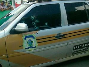 Carro do Sistema Penitenciário ficou crivado de balas (Foto: Larisse Souza/G1)