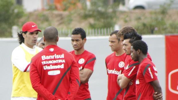 Fernandão ajusta time contra o Santos (Foto: Diego Guichard/GLOBOESPORTE.COM)