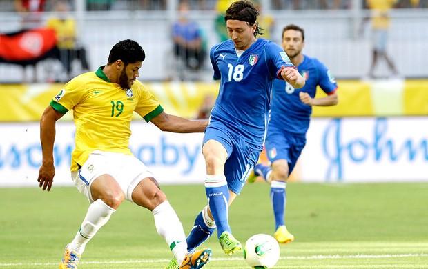 Hulk jogo Brasil Itália em Salvador (Foto: AP)
