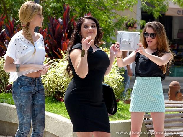 Sofia e Flaviana comemoram o sucesso da transformação de Soraia (Foto: Malhação / TV Globo)