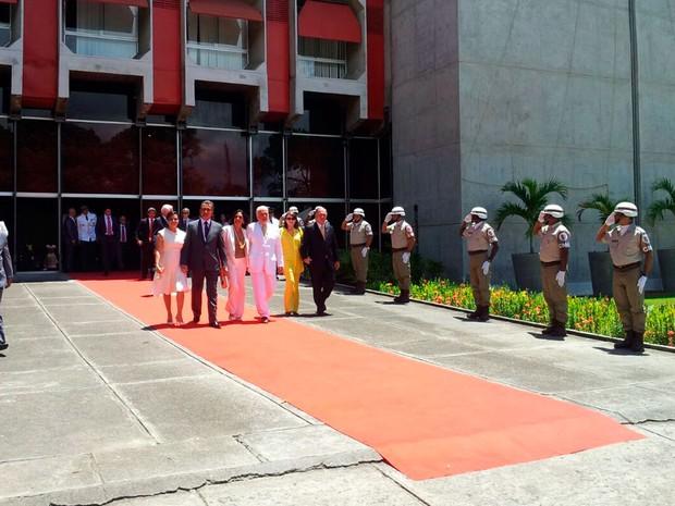 Jaques Wagner e Fátima Mendonça chegaram para a posse do secretariado de Rui Costa, em Salvador (Foto: Ruan Melo/G1)