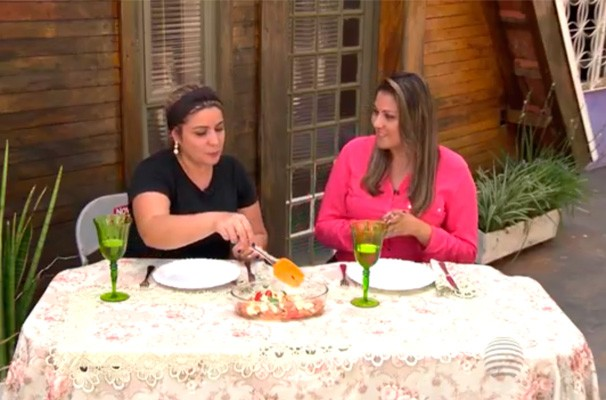 A repórter Gríssia Bueno confere o resultado do Filé de frango à shitake (Foto: Reprodução TV Fronteira)