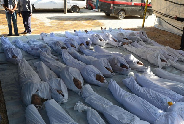 Corpos de vítimas de massacre na região de Damasco são vistos nesta quarta-feira (21). Oposição denunciou uso de gás letal na região (Foto: Bassam Khabieh/Reuters)