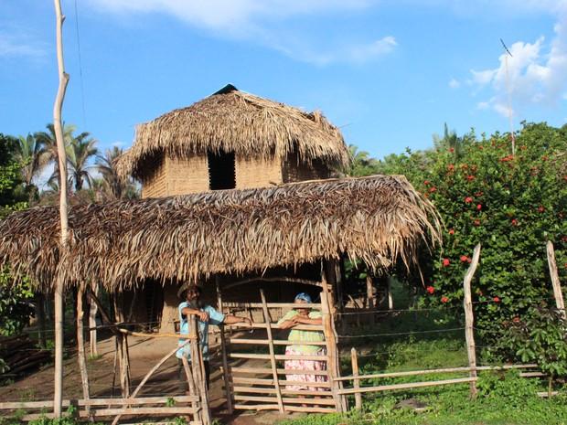 Agricultor e sua mãe na porta de sua residência. (Foto: Gilcilene Araújo/ G1 )