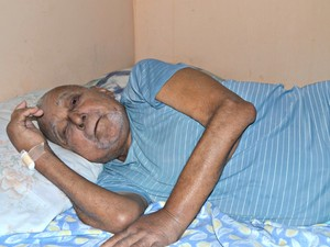 Raimundo Gomes diz que sente muitas dores e chora ao falar sobre seu estado de saúde  (Foto: Tácita Muniz/G1)