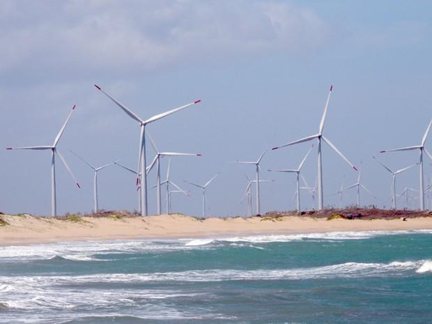 Em São Miguel do Gostoso, a praia divide o cenário com os aerogeradores (Foto: Felipe Gibson/G1)