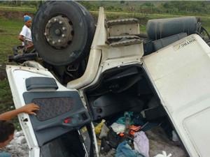 Motorista da carreta morreu no local, informou PRF (Foto: Leandro Alves/Bahia10.com.br)