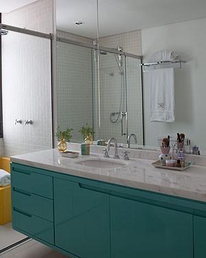 Laca azul dá acabamento ao gabinete do banheiro. O projeto dos arquitetos Carla Mattioli e Maurício Pinheiro (Foto: Lufe Gomes/Editora Globo)