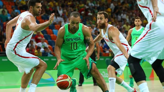 Alex Garcia Brasil x Espanha basquete (Foto: Alex Livesey/Getty Images)