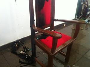Homem usou fosfóros para colocar fogo em cadeira (Foto: Michelly Oda / G1)