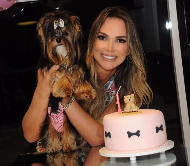 Eliana Amaral posa com Chanel (Foto: Arquivo Pessoal/Divulgação)