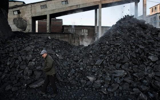 Homem trabalha em mina de carvão em Shanxi, China (Foto: Kevin Frayer/Getty Images)