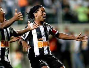 Ronaldinho Gaúcho comemoração vitória Atlético-MG (Foto: AP)