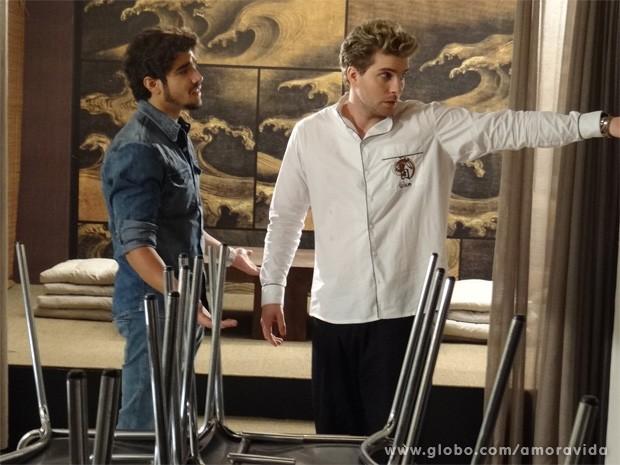 Michel vai para tirar onda com a cara de Niko... (Foto: Amor à Vida / TV Globo)