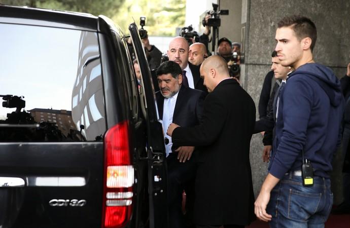 Maradona deixa o hotel em Madri (Foto: REUTERS/Sergio Perez)