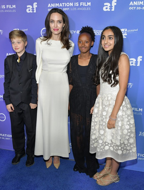 Angelina Jolie com as filhas e a atriz Saara Chaudry  (Foto: Getty Images)