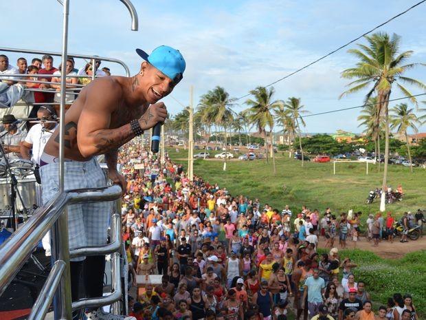 Edcity anima público em arrastão na Barra dos Coqueiros (Foto: Marina Fontenele/G1)