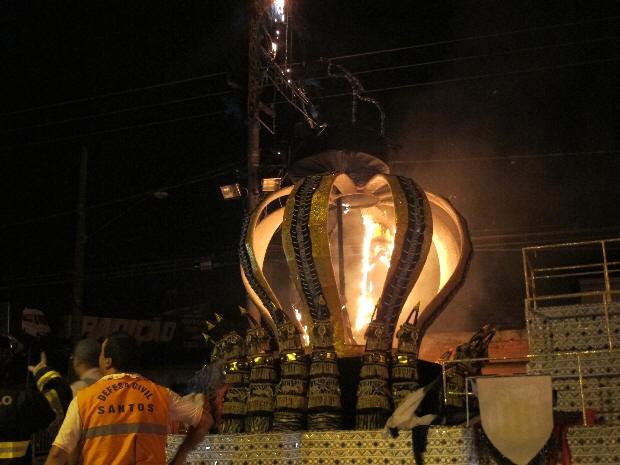 Carro alegórico da Sangue Jovem pegou fogo em Santos (Foto: Luiz Linna / G1)