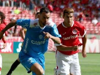 Magrão e Rafael Moura disputam bola (Foto: Diego Guichard)