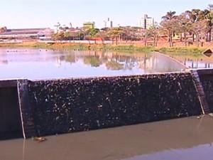 Vertedouro da represa está mais seco do que de costume (Foto: Reprodução/ TV TEM)