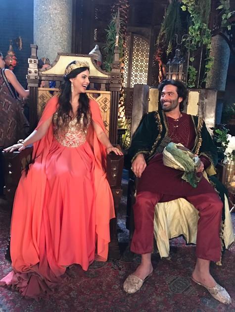 Sthefany Brito e Augusto Garcia nos bastidores de 'O Rico e Lázaro' (Foto: Divulgação)