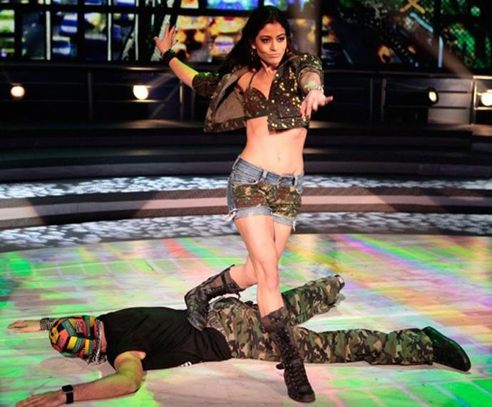 Carol Castro arrasou em todas as danças no palco do 'Domingão' (Foto: Gshow)