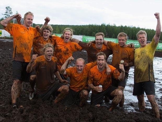 Em julho deste ano, a equipe do Telinekataja, da Finlândia, comemorou o título do Campeonato Mundial de Futebol no Pântano. A competição foi realizada em Hyrynsalmi, na Finlândia. (Foto: Reuters)