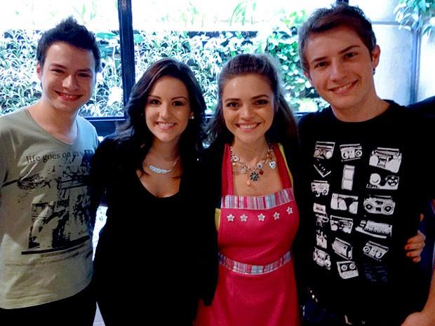 O trio ao lado de Titina Medeiros, caracterizada como Socorro (Foto: Cheias de Charme / TV Globo)