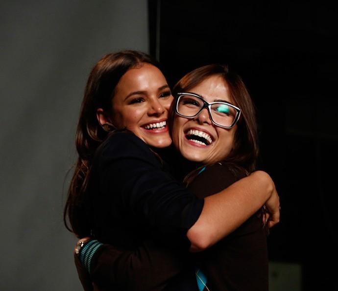 Abraços e sorrisos marcam a sintonia entre Bruna e Maria (Foto: Raphael Dias / Gshow)