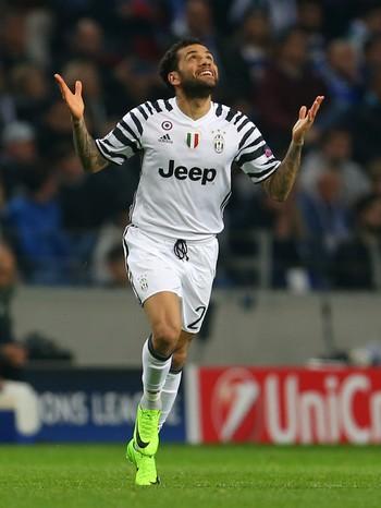 Dani Alves gol Porto x Juventus (Foto: Reuters)