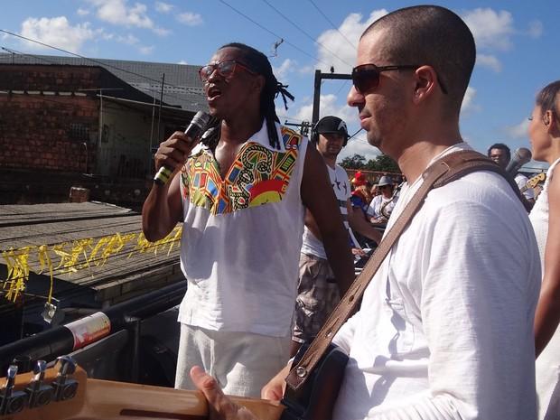 Cantor Tonho Matéria se apresenta no Bacalhau da Vara (Foto: Simone Graf / G1)