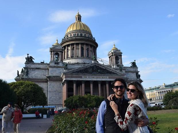 Lala Rebelo e seu marido em São Petersburgo (Foto: Reprodução/Lala Rebelo Travel Blog)