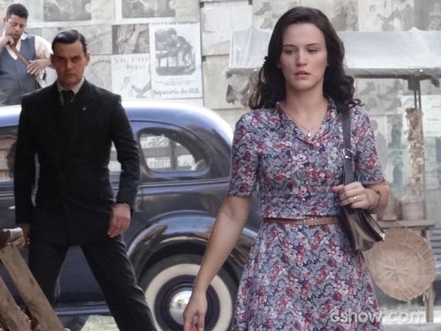 Manfred segue Amélia e leva para beco (Foto: Joia Rara/TV Globo)
