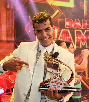 Com calça rasgada e 77,3 pontos, Marcello Melo Jr. é campeão do 'Dança 2014'! (Carol Caminha/Gshow)