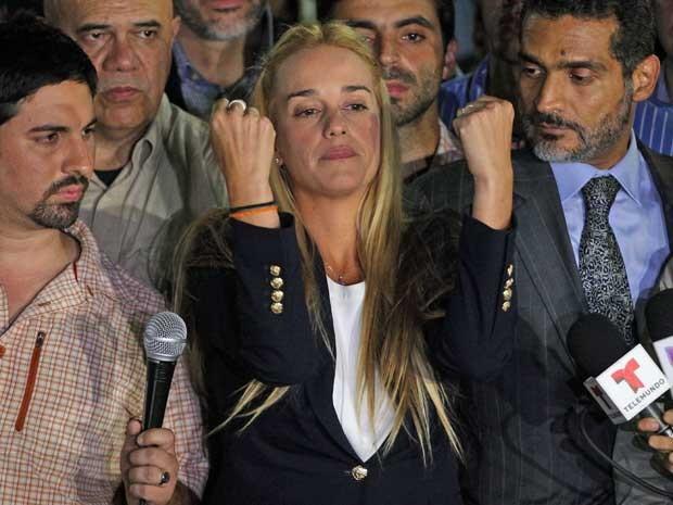 Lilian Tintori, mulher do líder da oposição Leopoldo López, centro, durante manifestação no município de Chacao (Foto: Fernando Llano / AP Photo)