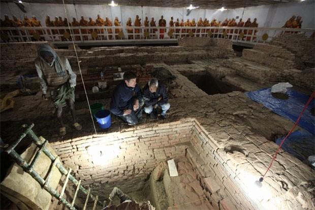 Arqueólogos trabalham no templo de Maya Devi (Foto: Ira Block/National Geographic)