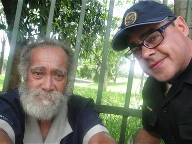 Paulo, acolhido por Marcos em São Paulo, voltou para a casa de sua família (à dir.) no Rio Grande do Sul, onde vive até hoje (Foto: BBC)
