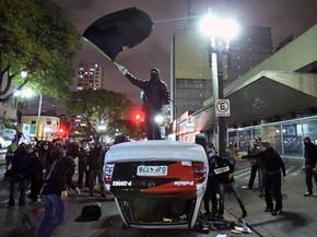 Um grupo virou e depredou uma viatura da PM na Avenida Rio Branco, no centro de São Paulo, nesta segunda-feira, dia de manifestação de estudantes em São Paulo pelos direitos dos professores. (Foto: Daniel Teixeira/Estadão Conteúdo)