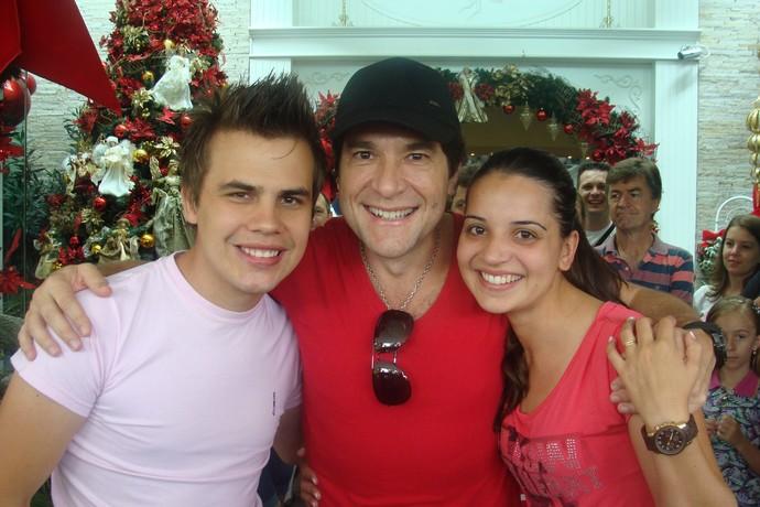 Dyba e a eposa Juliane ao lado de Daniel quando o ex-The Voice cantou no primeiro show do ex-técnico, em Gaspar (SC) (Foto: Arquivo pessoal)