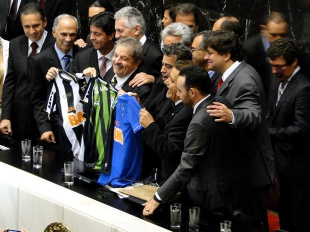 Ex-presidente Luiz Inácio Lula da Silva recebe camisas dos três times de futebol da capital mineira: América, Atlético e Cruzeiro (Foto: Raquel Freitas / G1)