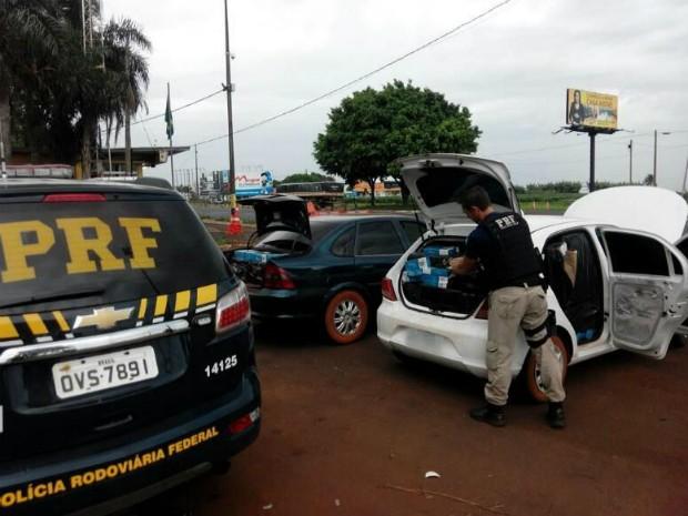 Automóveis usados para transportar o contrabando foram abordados em um desvio da fiscalização na BR-277 (Foto: PRF / Divulgação)