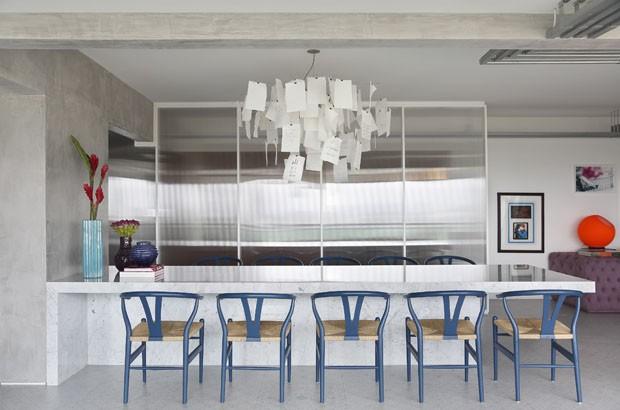 Apartamento contemporâneo equilibra cinza e tons vibrantes (Foto: MCA Estudio)