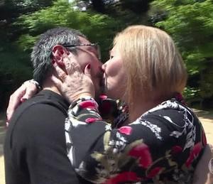 Clóvis e Sheila se beijam ao se conhecerem (Foto: TV Globo)