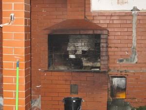 Churrasqueira onde alguns pedaços do corpo do zelador foram queimados (Foto: Rodrigo Martins/ G1)