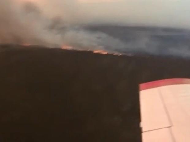 Avião apaga fogo em aldeia indígena (Foto: Corpo de Bombeiros - MT)