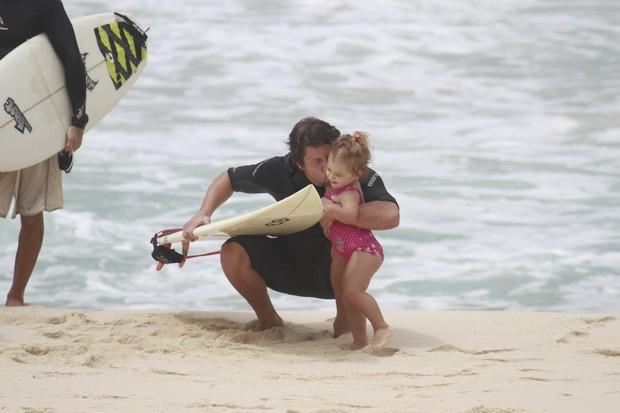 Mario Frias surfando na praia com família (Foto: Dilson Silva / Agnews)