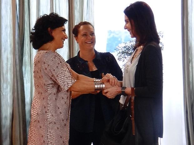 Adriana reencontra Tina e Úrsula (Foto: TV Globo)