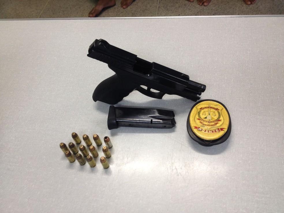 Arma encontrada com suspeitos (Foto: Bianca Marinho/G1)