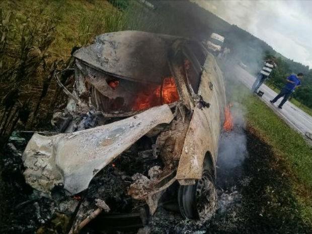 Veículo foi consumido pelas chamas, às margens da BR-369. (Foto: Blog do Roque/Arquivo pessoal)